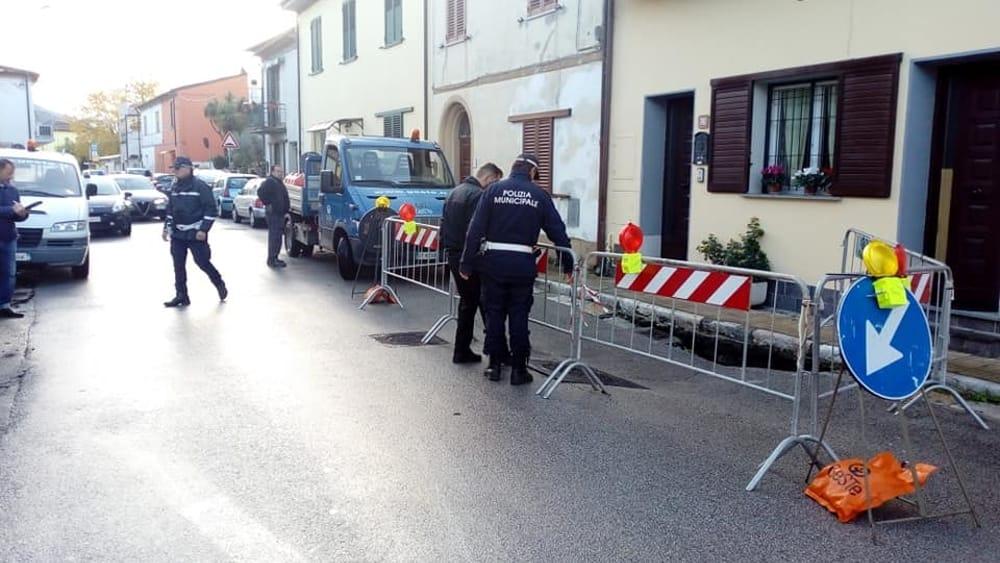 San Giuliano Terme: crolla un pezzo di strada in via Matteotti - PisaToday