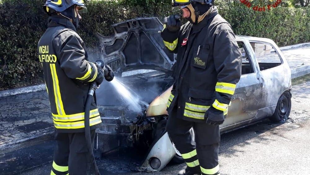 Tirrenia: auto a fuoco, salvi gli occupanti