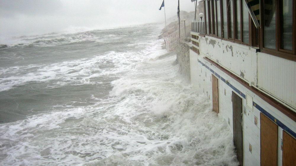 Maltempo allerta meteo gialla per vento e mareggiate - Bagno balena marina di pisa ...