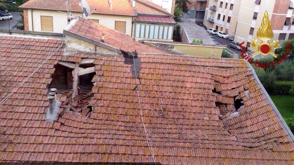 Crolla un tetto in via Prinetti: tre appartamenti evacuati